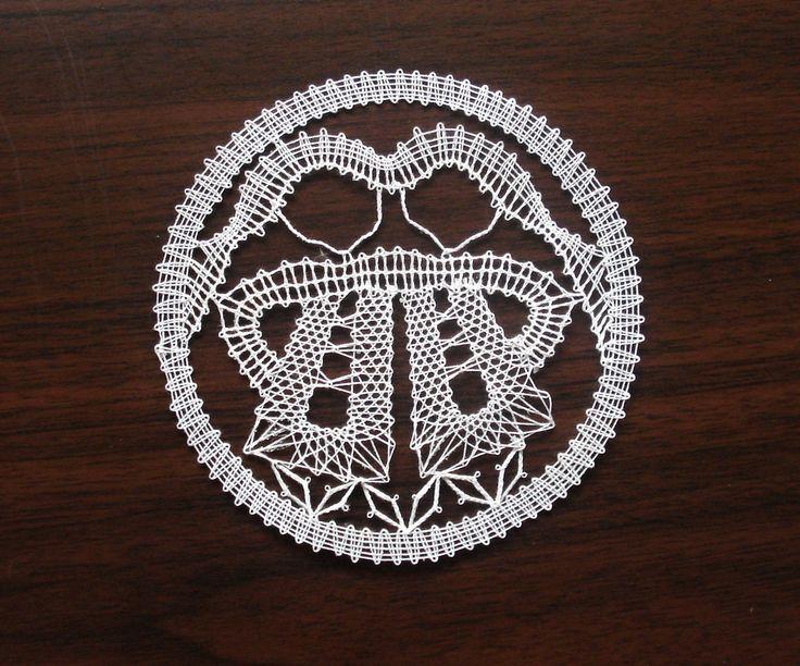 Znamení zvěrokruhu - blíženci Blíženci jsou paličkovaná krajka z bílé kordonetky…