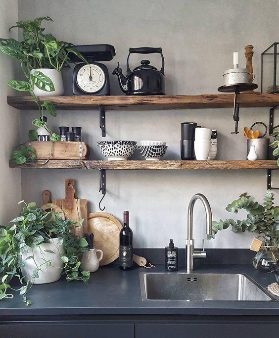 Trucos para aprovechar tu pequeña cocina al máximo: Estantes en las paredes