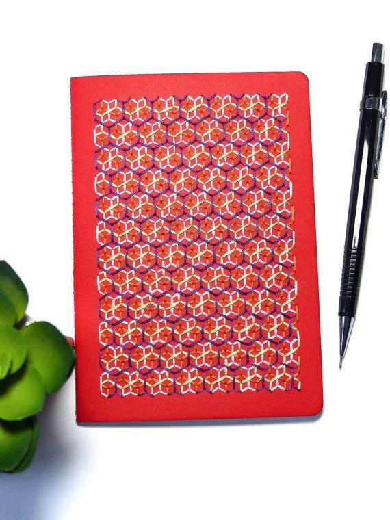 Carnet brodé main motif isométrique par © Les Fils Rouges - Tous droits réservés - All rights reserved