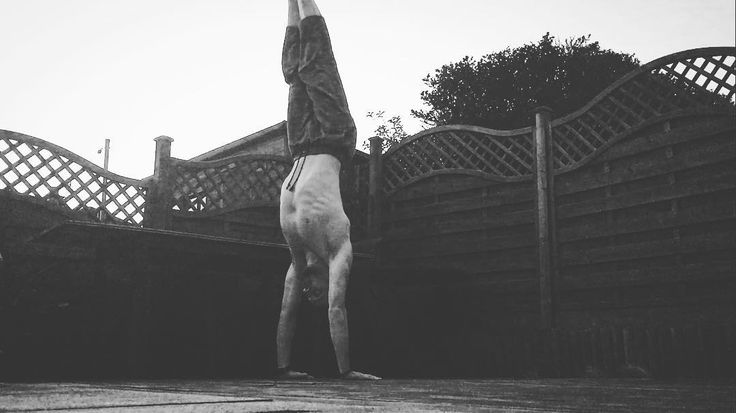 HANDSTAND CUE  Still a lot of work to do... But one cue that's made a BIG difference this week is setting the shoulders BEFORE entering the handstand.  Elevated and protracted scapula (think shoulders forwards and up) as opposed to the depressed-retracted position (down and back) used with most pulling exercises.  And that wasn't meant to be a rude joke... --- #hero #healthroom #handstand #handstand365 #mobility #fitfam #movement #movenatural #play #bodyweightfitness #movementculture…