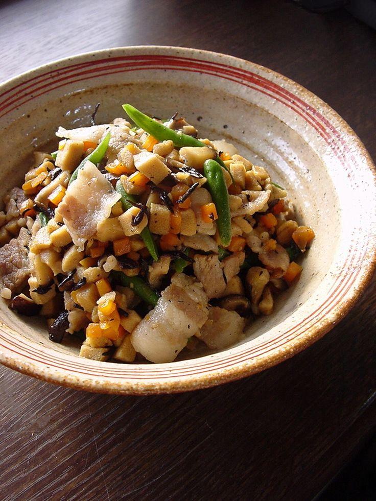 炒り高野。 ご飯に合うようにあまからで濃いめの味付けです。鉄分・カルシウム豊富な高野豆腐にひじきも加えてみました。 ラビー 材料 (3〜4人分) 高野豆腐 2枚 ひじき(乾燥したもの) 大さじ1 豚バラ肉 150g にんじん 1/3本程度 生しいたけ 3枚 いんげん 軽く一握り だし汁 300cc 醤油 大さじ2 砂糖 大さじ2 みりん 大さじ1 作り方 1 高野豆腐は戻して水分をギュッと絞っておく。その後、5ミリ角程度に刻んでおく。にんじん・しいたけも細かく刻む。ひじきは水で戻して水分を切っておく。豚バラは1センチ幅に切る。いんげんは塩茹でして斜めに切っておく。 2 テフロン加工のフライパンに、豚バラ肉を入れて強火で炒める。表面が白っぽくなったら、高野豆腐・にんじん・しいたけ・ひじきを入れてざっくりと炒める。 3 2.に、だし汁・醤油・砂糖・みりんを入れて強火で煮る。水分が少なくなってきたら、焦げないように混ぜながら炒り煮にする。ほぼ汁気が無くなるまで炒めて、最後にいんげんを加えて一混ぜすればできあがり。 4…