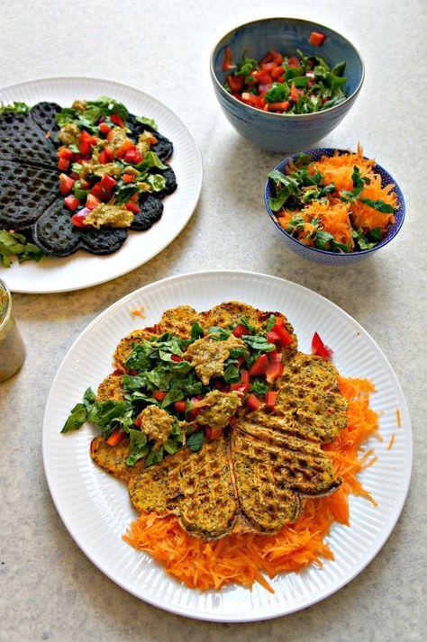 { veganske, glutenfrie og sprøde } Vafler til aftensmad? Sagtens! Her er veganske og glutenfrie madvafler - med chiafrø, der er sprængfyldt med fibre, antioxidanter og sunde fedtstoffer. Chiafrø indeholder 15 gange flere antioxidanter end broccoli! Jeg er vild med den crunchy og sprøde ove....