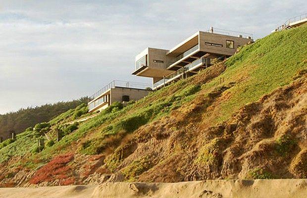 Já pensou uma casa habitada por 11 mulheres? Este foi o desafio do arquiteto chileno Mathias Klotz ao projetar uma casa para um casal com 11 filhas. O projeto acabou sendo uma obra-prima da arquitetura, que chama ainda mais a atenção pela paisagem para a  (Foto: Divulgação)