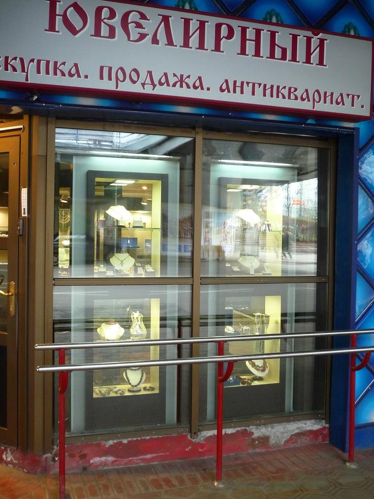 Двухсторонние витрины с подсветкой для антикварного магазина, изготовленные по эскизам клиента.
