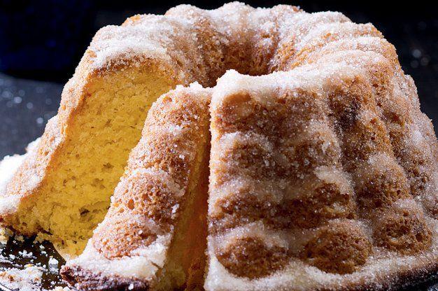 Kynutá bábovka podle Sandtnerové |          250 g másla         200 g krupicového cukru         1 sáček vanilkového cukru          strouhaná kůra z 1/2 biocitronu         8 žloutků         špetka soli         60 g čerstvého droždí         250 ml mléka, vlažného         600 g polohrubé mouky         cca 150 ml smetany ke šlehání          70 g mandlových lupínků, případně 70 g rozinek, propláchnutých          máslo a hrubá mouka na formu       potřít máslem