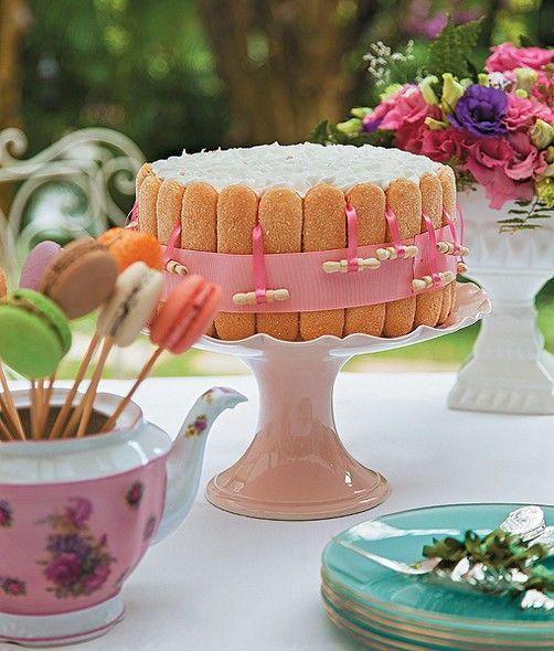A surpresa deve vir acompanhada de um bolo bem gostoso, customizado especialmente para ela