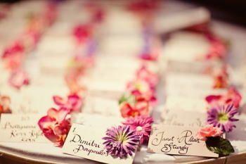 1つ1つにお花をあしらった席札。 工夫次第でこんなに可愛くなるんですね!!