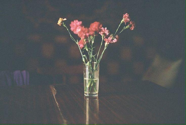 Ara ara şarkılar dinlediğimde geliyorsun aklıma. Olmayan bir şeyin yokluğu gibi değil, tamamen bir özleme gibi…