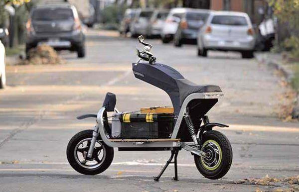 「EQUS」は、リモートステアリングシステムを採用した電動バイク