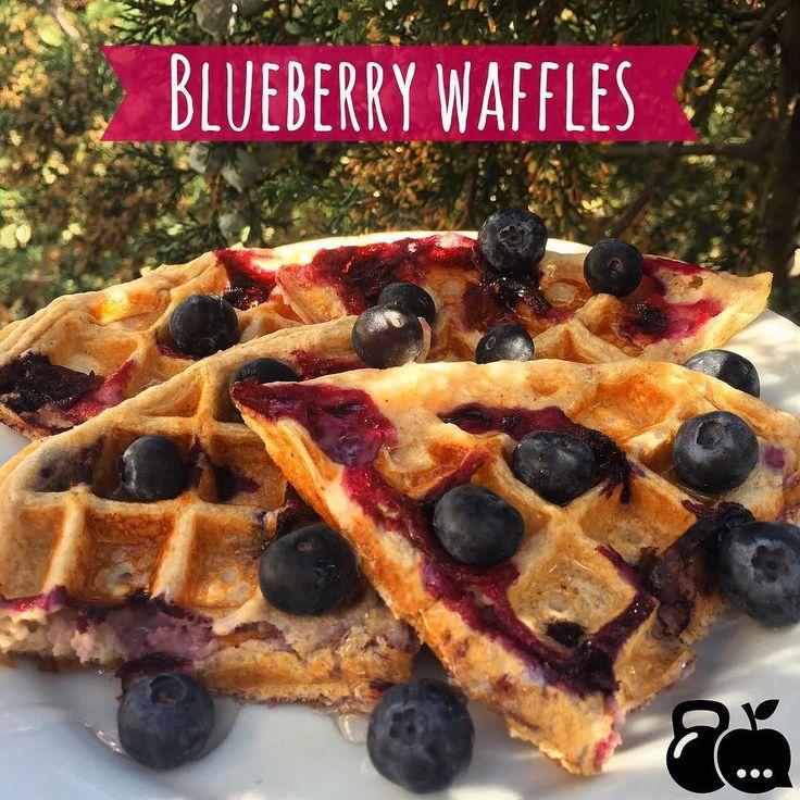 Waffles de blueberries (si no tienes wafflera puedes hacer pancakes ) Receta 2 claras de huevo  (o 1 completo) 1 cucharadita de vainilla 2 Cucharadas de yogurt griego sin azúcar 1 cucharadita de canela 1 cucharadita de polvo para hornear o bicarbonato 1 puño de blueberries 5 Cucharadas de avena Edulcorante al gusto (usé 3 sobres de stevia) Solo mete todo (menos las blueberries) a la licuadora y luego agrega un puño de blueberries y pon la mezcla en la wafflera caliente   De topping puedes…