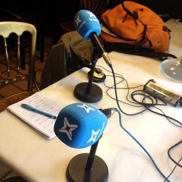 Ara mateix en directe amb @adammartinsk fent entrevista en directe per a La Xarxa Ràdio ;)) by roser amills bibiloni, via Flickr