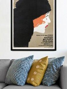 """30-10-2012: Dansk Plakatkunst relanceres.  Plakaterne blev skabt til at råbe højt på plankeværket, men har vist sig at have et evigt liv i kraft af grafisk kvalitet og gode historier. Danmark havde nogle af verdens førende plakatkunstnere i plakatkunstens såkaldte """"guldalder"""", og nu kan de store tegneres motiver pryde dine vægge."""