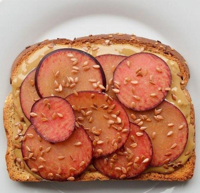 brotaufstriche frühstücksideen avokado gesund brot basilikum pflaume