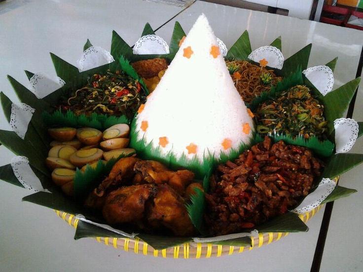 Nasi uduk + Urab / Kluban + Oseng tempe + Ayam goreng + Telur merah + Oseng kacang + Tahu goreng + Tempe goreng + Mie goreng