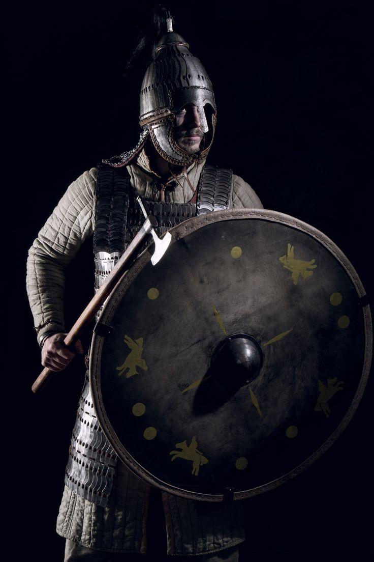 Лангобард воин с Аварским  шлемом  и пластинчатой броней, реконструкцию на основе результатов в Niederstotzingen (Германия)  Langobard warrior with Avar lamellar helmet and lamellar armour, reconstruction based on findings in Niederstotzingen (Germany), Alemanni or Alamanni