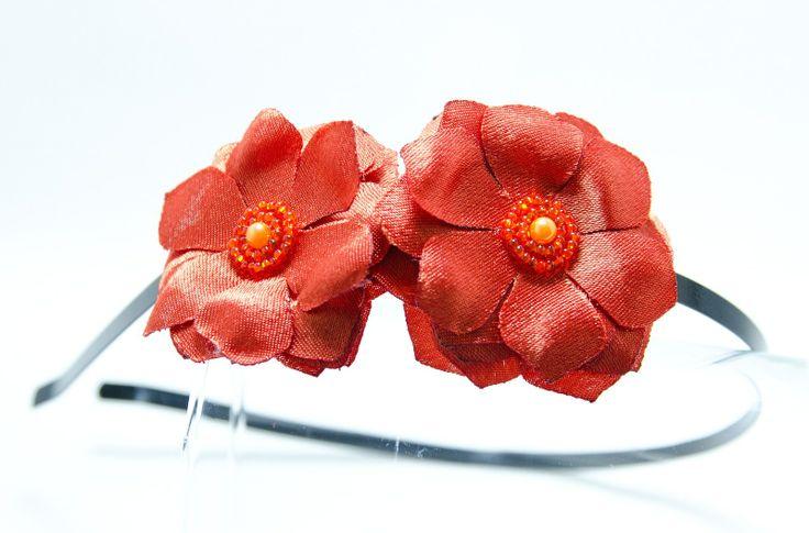 Čelenka okrové kvítky Originální čelenka s ručně vyrobenými saténovými okrovými kv?tky Doplněný perličkami a korálky. Velikost květu: š.4cm x 2ks s Kovová čelenka černé barvy ,šíře 0,5cm. čelenku je možné i ve stříbrné barvě nebo plastovou. Stačí napsat do poznamek. Květiny jsou více na straně čelenky (nad uchem) Pro pohodlnější nošení je květ podlepen ...