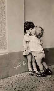 niños besandose - Buscar con Google