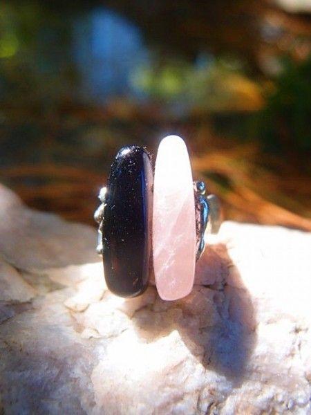 Materiál: ruženín a onyx, zliatina striebra cínu a medi. Veľkosť: obrúčka je univerzálna, prsteňové lôžko má 2cm