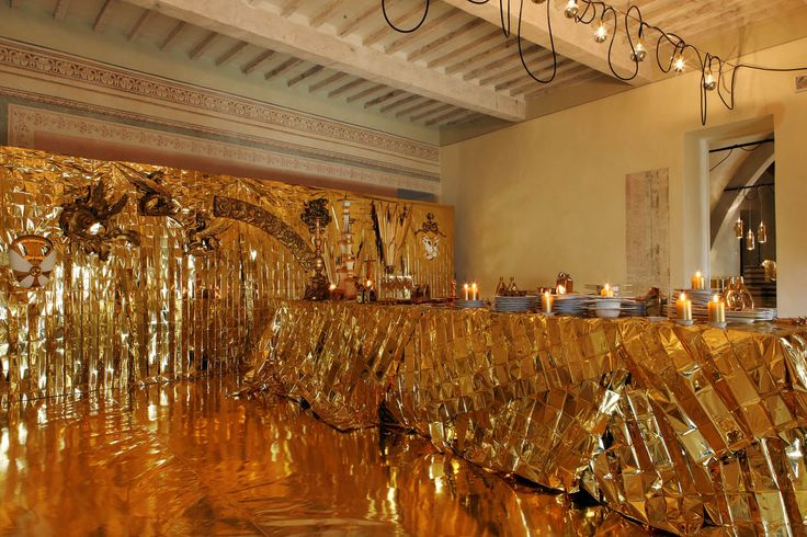 L'oro è di moda.Il design, che ha sempre poco considerato l'oro, si è invece appropriato di questa tendenza e spesso con autoironia è stato capace di dare una nuova interpretazione e una nuova vita agli oggetti.