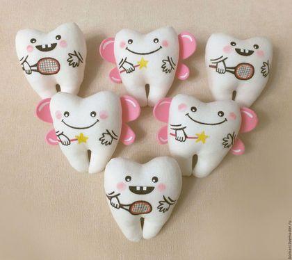 Купить или заказать Зубная фея и зубик в интернет-магазине на Ярмарке Мастеров. Парочка зубиков. Мягкие сувениры для влюбленных. На фото зубик-мальчик с ракеткой теннисной - это индивидуальное предпочтение заказчика. По вашему желанию изготовлю с любым изображением. Девочка - зубик - зубная фея, так же возможны изменения (например цвет крылышек или рисунок). Зубики выполнены из 100% льна, наполнение - холлофайбер. Возможно изготовление зубиков с магнитом или с ленточкой-подвеской.