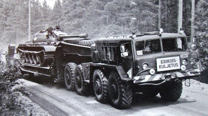 МАЗ-537Г в финской армии при транспортировке танка Т-54 (из архива E. Muikku)