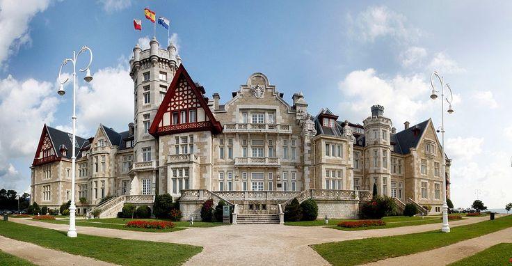 ¿Ya que estamos en Santander y que hemos disfrutado el pasado miércoles de las espectaculares imágenes del Palacio de la Magdalena vamos a repasar este listado de Vega con otras cinco construcciones impresionantes a la orilla del mar...