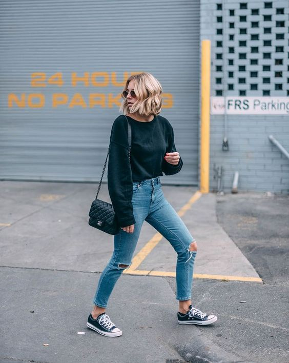 10 produções simples e nada boring  Moletom preto, calça jeans rasgada no joelho, tênis all star