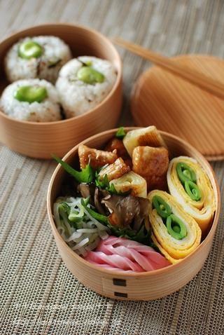 弁当の昼ご飯 - I could peel cucumbers into rolls like this, I think. Maybe even find a contrasting middle for them.