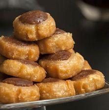 Τα δίχρωμα σιροπιαστά γλυκάκια που όλοι αγαπήσαμε. Φτιαγμένα ουσιαστικά με ζυμάρι ψωμιού και υπέροχη καρδιά από κακάο