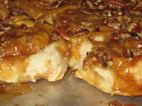 carmel pecan topping for cinnamon rolls....totally trying this :) looks heavenly