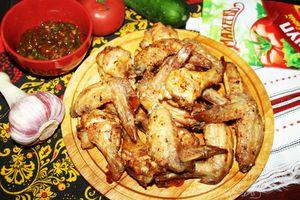 Фото к рецепту: Хрустящие куриные крылышки с роскошным соусом