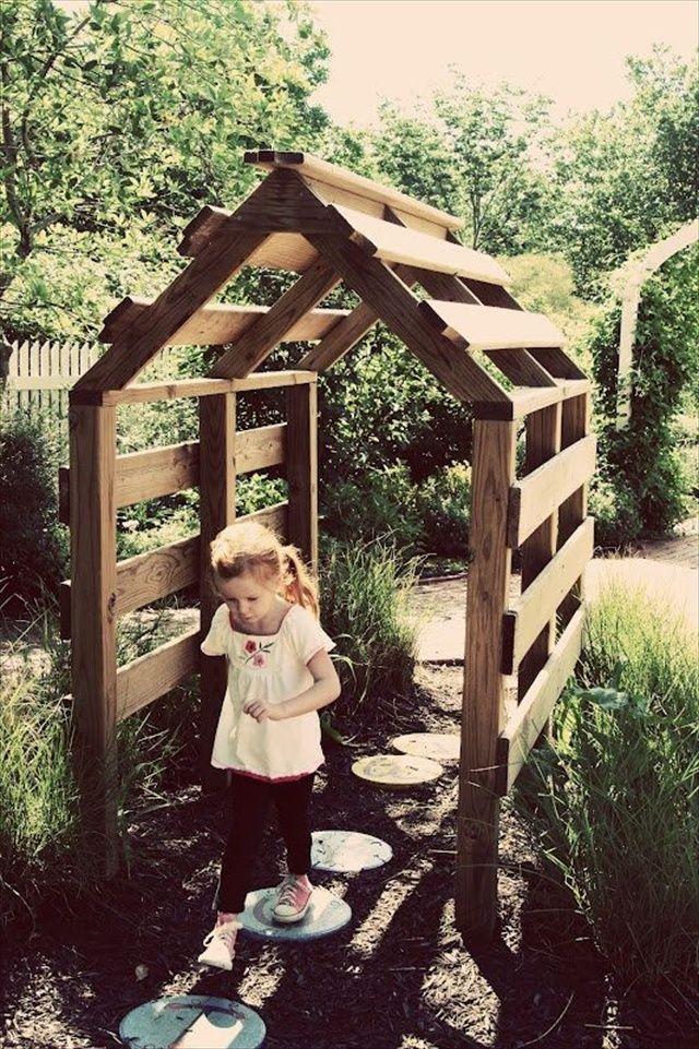 Pallet Yard Furniture: Pallet playhouse plans