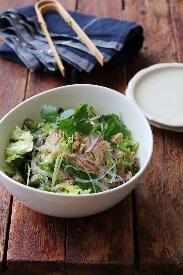 一見エスニックですが。  鶏そぼろとドレッシングの味付けにはめんつゆを使って和風に仕上げた春雨サラダです。