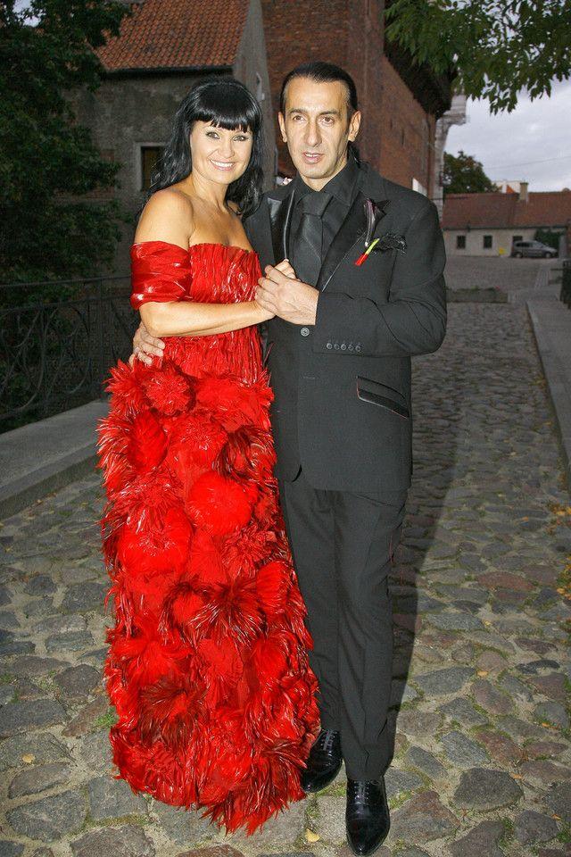 Ślubne zdjęcia gwiazd  Iwona Pavlović na swój ślub założyła oryginalną, czerwoną suknię