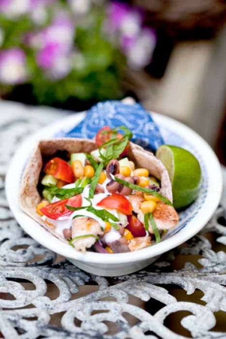 Kycklingfilé med chipotlechili, bön- & gurksalsa med lime & tortilla