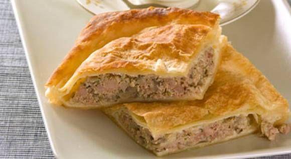 Ingrediente pentru aluat : 600 g făină,200 grame unt, 4 linguri smantană,sare, 2 ouă,50 g lapte, 15 gr drojdie, un gălbenus (pentru uns deasupra). Ingrediente pentru umplutură : 500 g carne tocata de porc( sau orice carne doriti ), 2 cepe mari,2 ouă,o lingură de pastă de ardei, 1 legătură de mărar si 1 legătură …