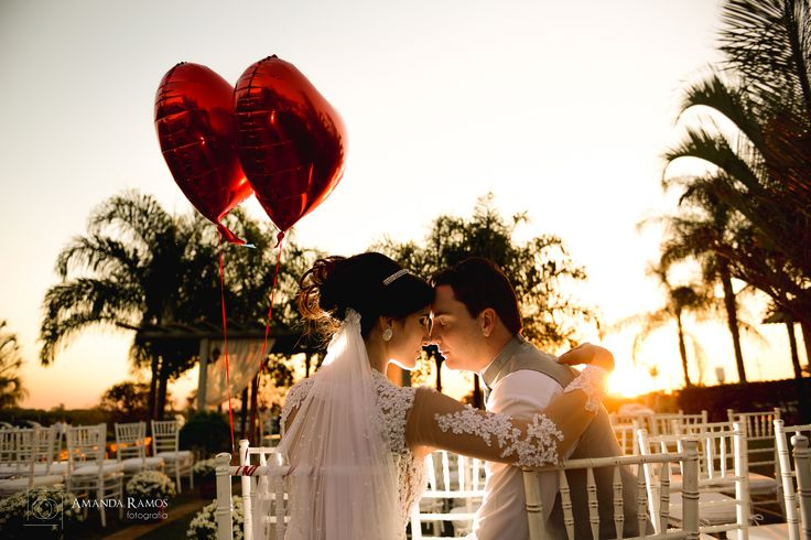 Raphaella e Henrique  No fim desse lindo casamento tivemos a oportunidade de fazer mais algumas fotos com esse por do sol maravilhoso !! Incrível quando os noivos topam <3