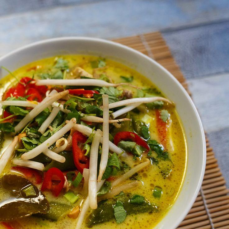 Tajski ramen z zielonym curry, warzywami i kurczakiem, na mleku kokosowym. Przepis na kremowy tajski remen z kurczakiem.
