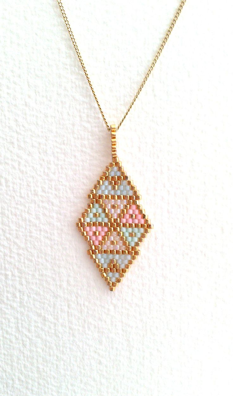 Pendentif a motifs géométriques en perles miyuki  dans les tons pastels et doré