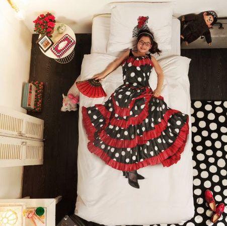 FLAMENCO Flamenco jurken vind je in bijna elke verkleedkist. Maar zo'n mooi exemplaar als deze zie je alleen op ons dekbedovertrek. De fotoprint is gemaakt van een vintage flamencojurk uit Andalusië, Spanje. Perfect om jezelf lekker mee in slaap te zwaaien en zwieren. www.snurkbeddengoed.nl