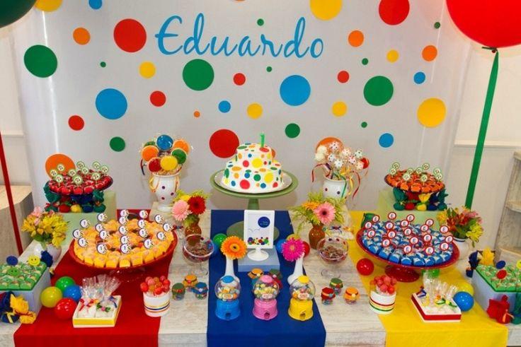Até o bolo entrou no clima do tema bolinhas dessa festa de aniversário decorada pelo Malu Mattos Ateliê de Eventos