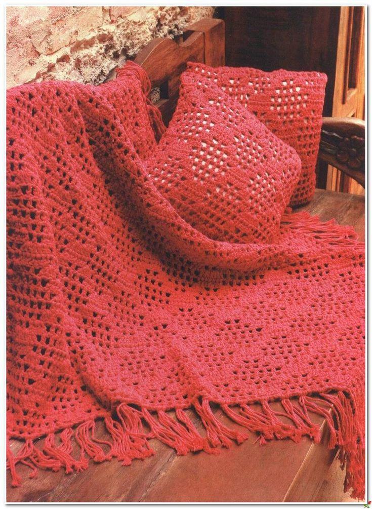 Красное покрывало и подушка