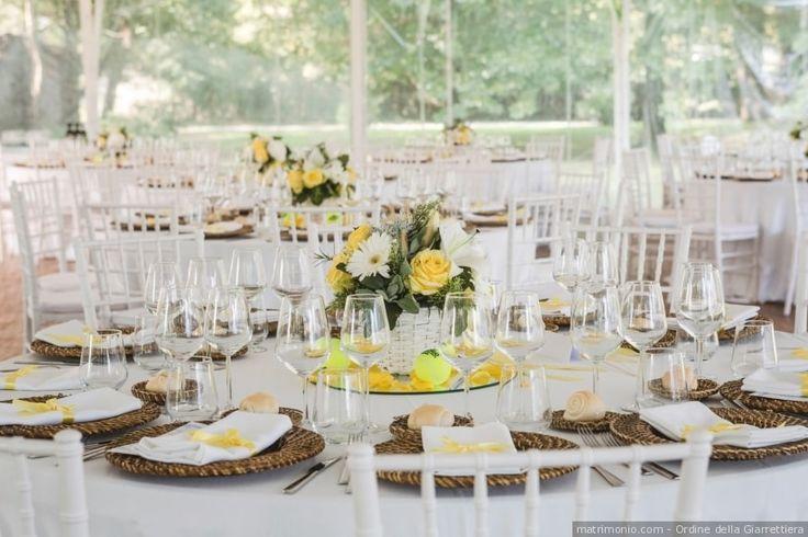 Centrotavola di matrimonio color giallo con rose gialle e margherite