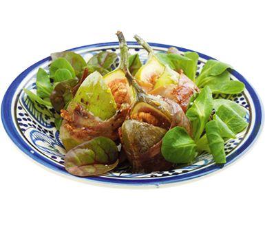 Mumsiga grillade fikon vars smak fulländas med kombinationen av pecannötter, blåmögelost och skinka. Dessa fikonknyten är en snabblagad förrätt eller ett mingeltilltugg som med fördel serveras tillsammans med en fräsch sallad.