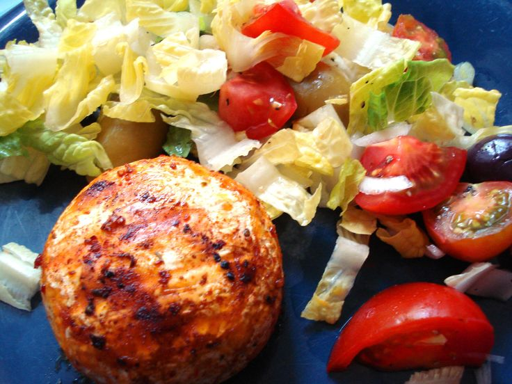 Grilovaný syr a zeleninový šalát vždy skvelá kombinácia ... www.vinopredaj.sk ...  #obed #lunch #jedlo #food #goodfood #salat #salad #cheese #grill #bbq #grilled #dobrejedlo #milujemejedlo #inmedio #delishop #wineshop #bistro