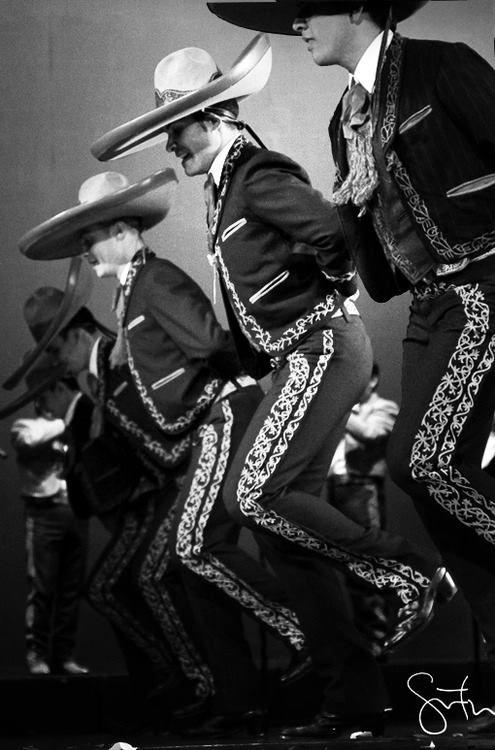 Mariachis bailando