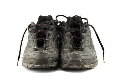Scarpe, scarpiera e vecchie ciabatte