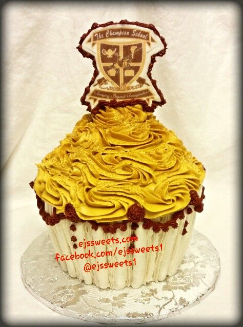 A custom cupcake cake to accompany the 500 cupcakes ...