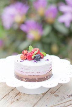 Dessert Raw Vegan al cocco, frutti di bosco e lavanda. Questa cheesecake non necessita di cottura, è di grande eleganza ed è semplicissima! Sana e deliziosa, primaverile e dallo stile romantico e shabby chic. Perché il cibo sano può essere anche bello! Scopri la ricetta su beautyfoodblog