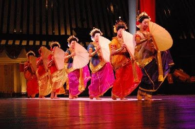 Terdapat Tiga Jenis tarian khas bugis makassar antara lain Tari Pakarena, Tari Paduppa Bosara dan Tari Ganrang Bulo, Yuk Simak Penjelasan tari Khas Makassar